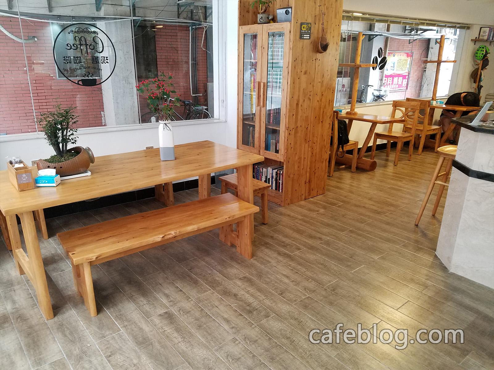 月港咖啡 YueGang Coffee 的1楼情景。