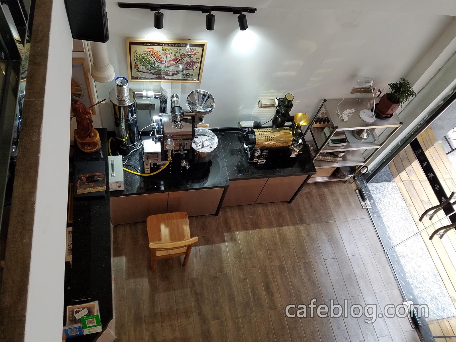 从月港咖啡 YueGang Coffee 二楼能看的到咖啡烘焙机。