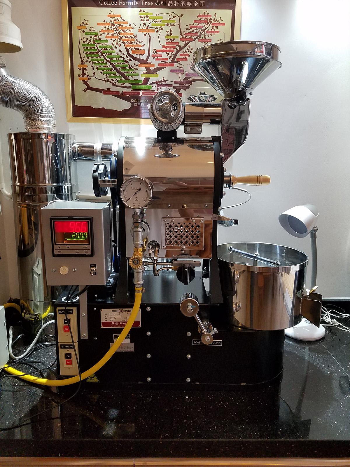 月港咖啡 YueGang Coffee 的富士皇家的R-101(1公斤)咖啡烘焙机。