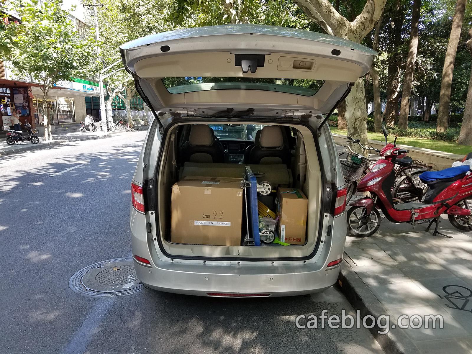 用商务车把富士皇家DISCOVERY咖啡烘焙机送到客户的咖啡店