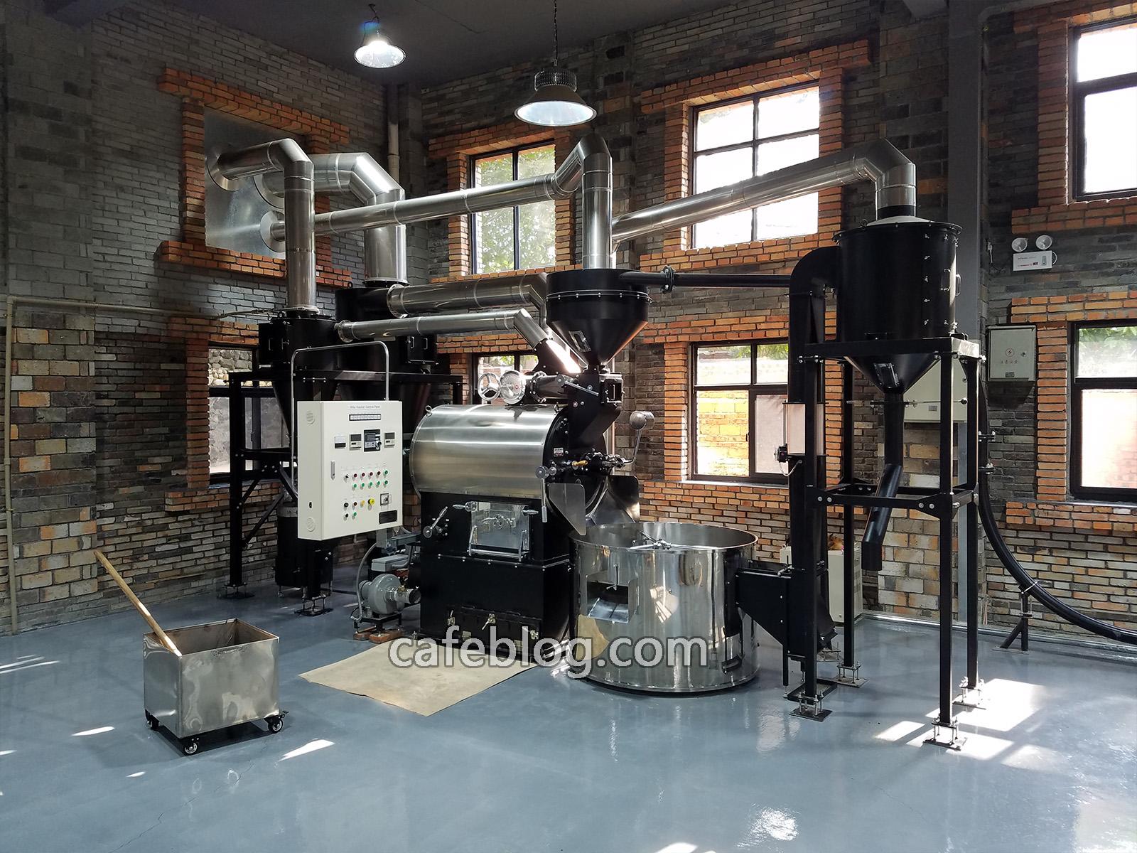 福山咖啡体验中心一楼的咖啡烘焙区,采用的是富士皇家30公斤级 燃气炭火俩用机。