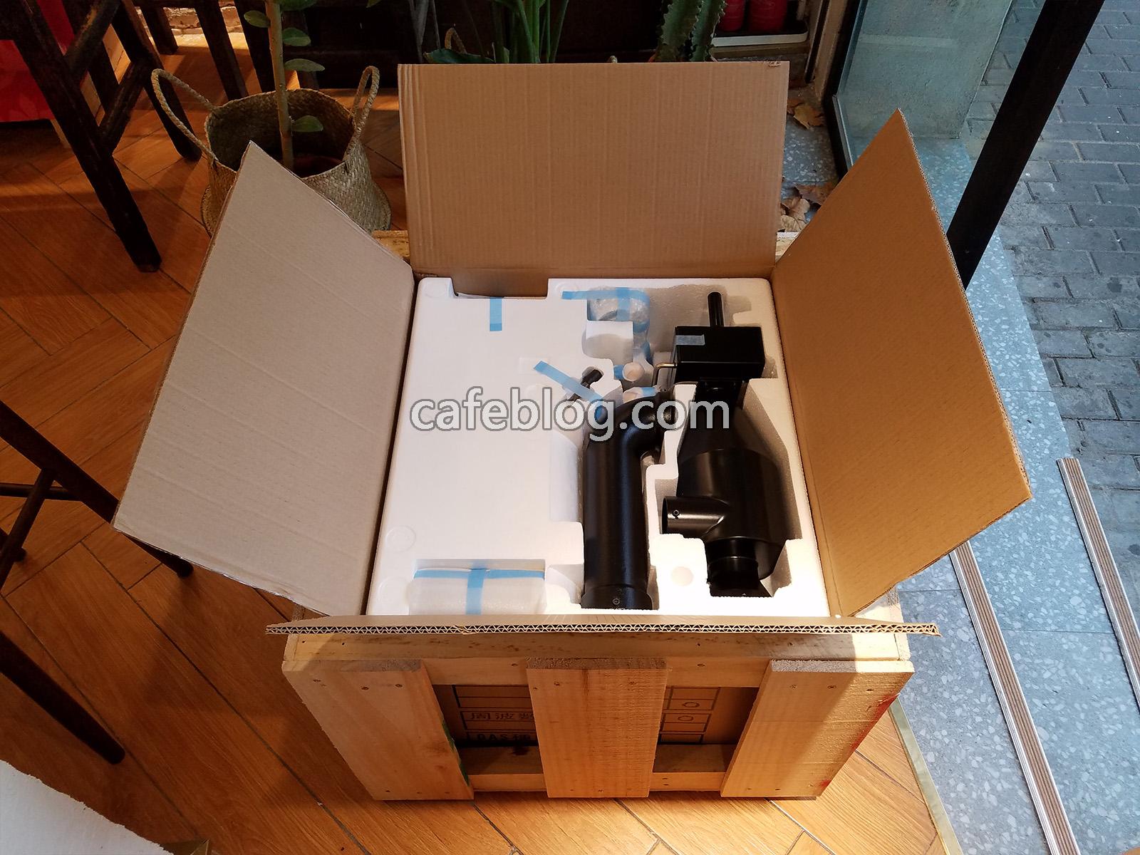箱子最上部有冷却管等零件
