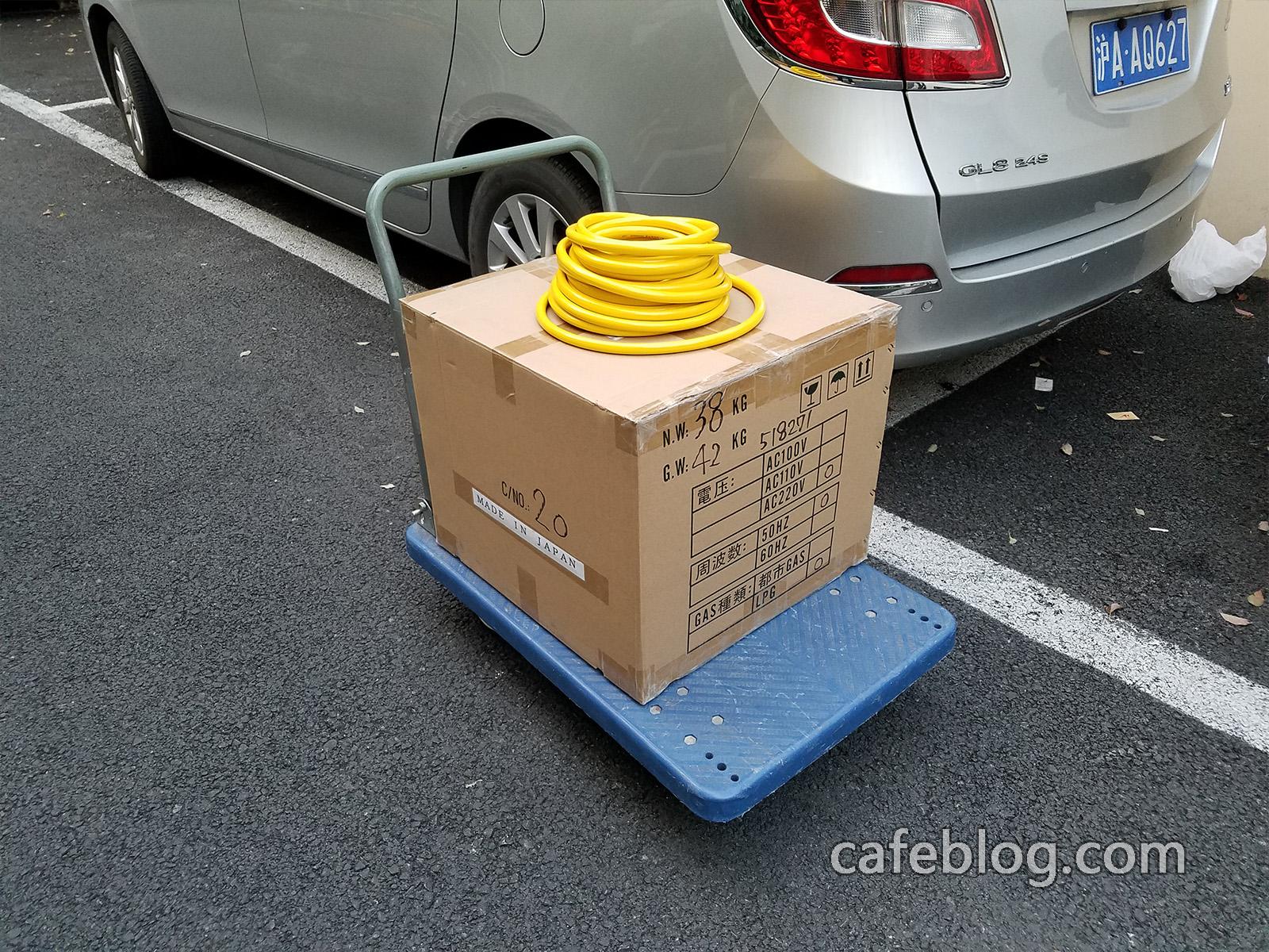 从停车位用小推车送到安装地址