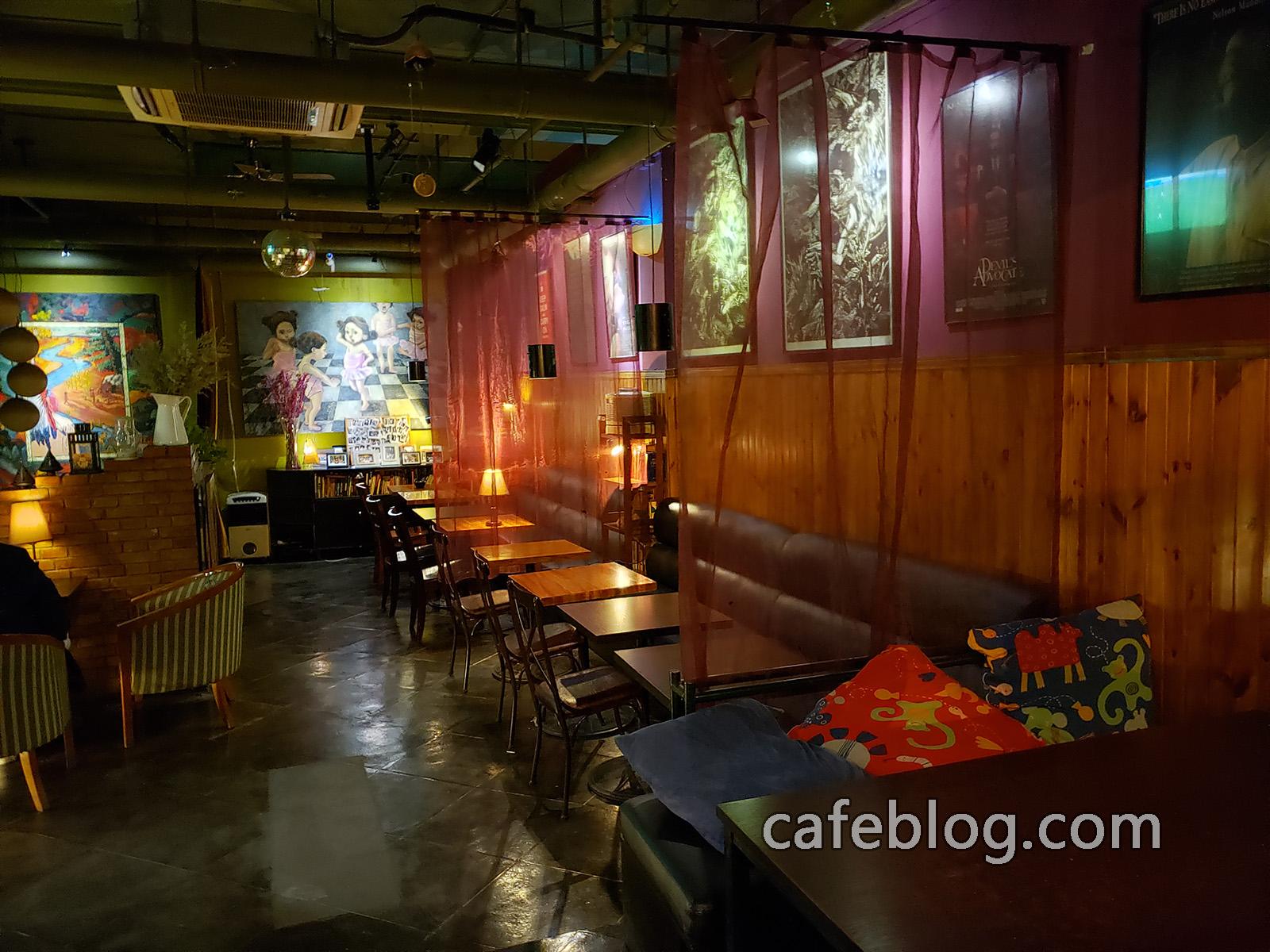 玛雅咖啡馆 Maya Cafe 二楼的桌子。