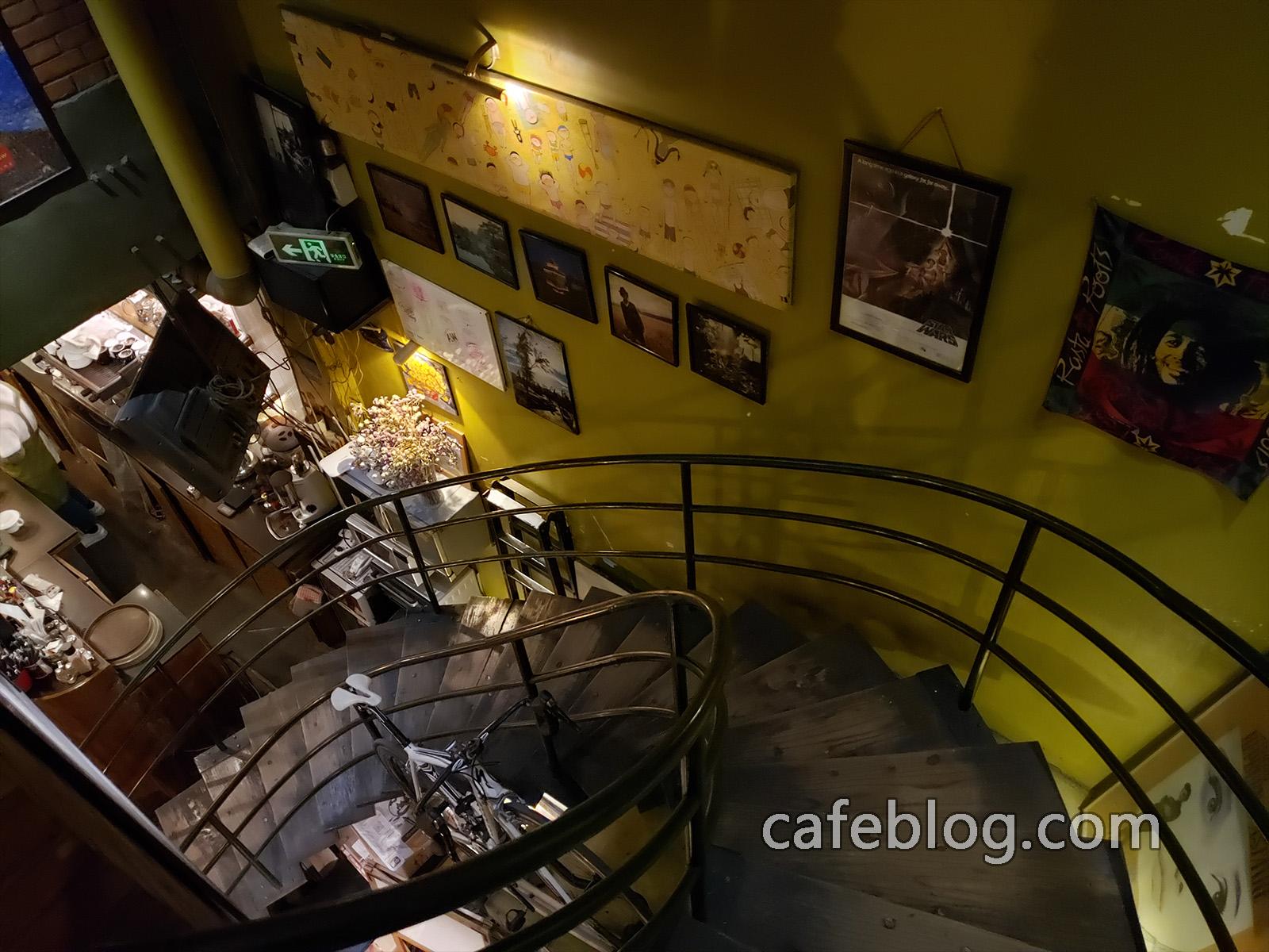 玛雅咖啡馆 Maya Cafe 店里的楼梯。