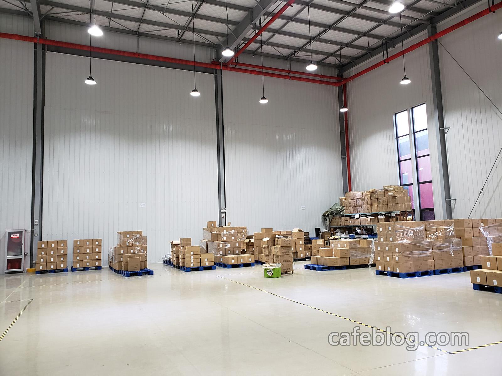 北京吉意欧咖啡有限公司天津分公司咖啡工厂的规模非常大,就这个小仓库面积也是非常之大。关于供应生豆供应设备,咖啡豆传送设备,咖啡豆除石设备,烘焙设备,完全消烟设备,完全消味设备,研磨设备,包装设备,挂耳咖啡生产线,咖啡饮料生产线,氮气充气生产设备,研发设备,等不便于公开。